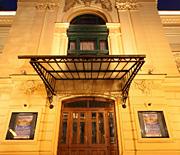 Fontanna przed Teatrem nocą
