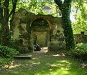 Aleja główna z ruinami domu przedpogrzebowego