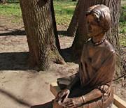 Park zamkowy w Żywcu - ławeczka z księżną Alicją Habsburg