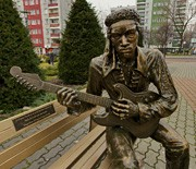 Ławeczka z postacią Jimiego Hendrix'a